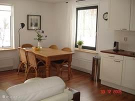 De eethoek met 5 stoelen die kan worden uitgebreid met apart opzetstuk tot 6 plaatsen.