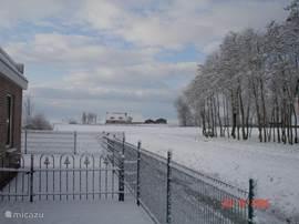 Aan de achterkant van het huis in de winter. Prachtig vergezicht.