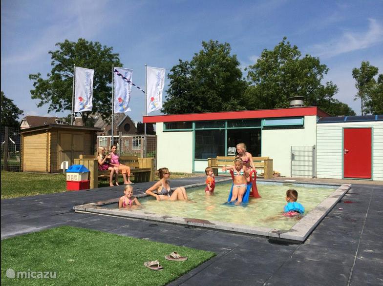 Het kinder zwembad is afgescheiden van het grotere zwembad.