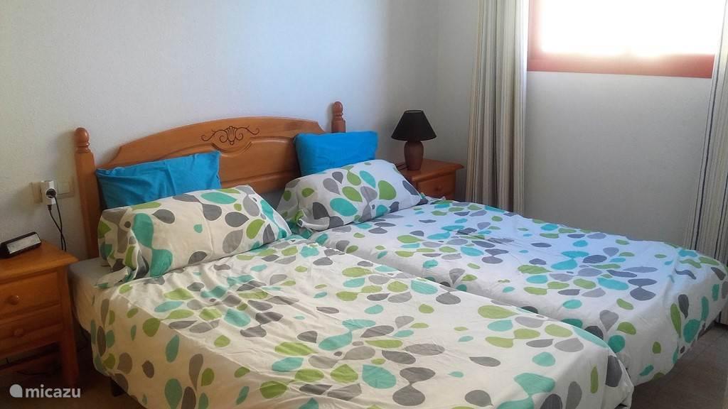 Twee eenpersoonsbedden met goede matrassen