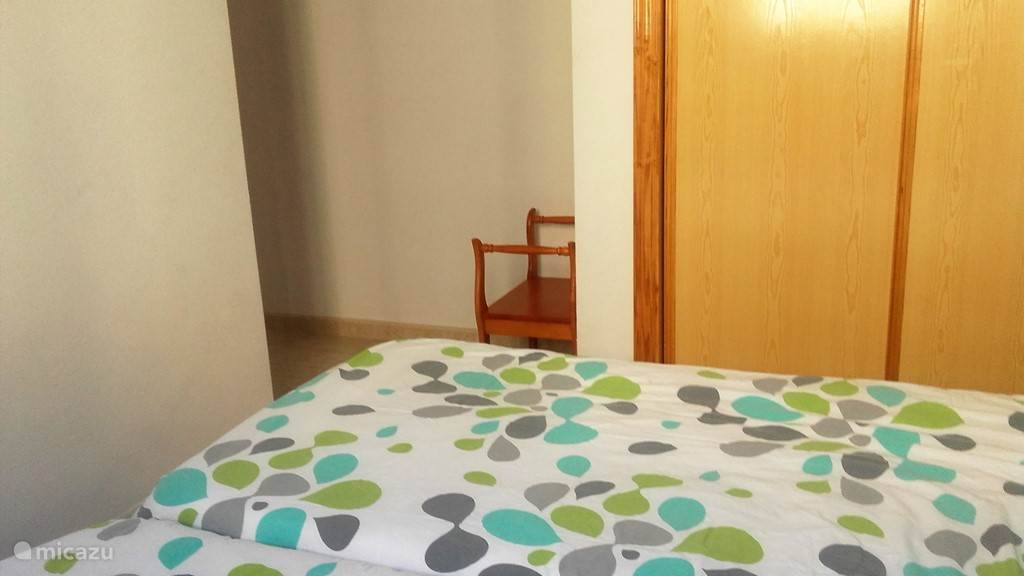 Veel kastruimten en badkamer en-suitte.