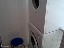 Dit is een kleine bijkeuken. Hierin staan de wasmachine en droger.