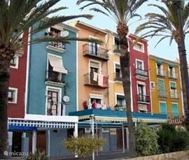 De gekleurde huizen van Villajoyosa in het oude centrum zijn fameus. Hetzelfde voor de chocolade van Valor.