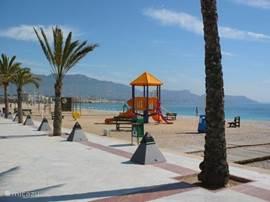 Het zand strand van Villajoyosa is groot en breed. In de zomer lekker druk maar zeker niet overvol zoals in Benidorm. U parkeert de auto onder het strand in de openbare garage. Uw (huur)auto blijft koel en u loopt zo het strand op.