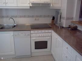 De keuken is luxe ingericht en makkelijk schoon te houden. De vaatwasser zorgt voor extra vakantieplezier. De grote koelkast heeft bovenop een diepvriesgedeelte. U kookt elektrisch en u heeft een oven.