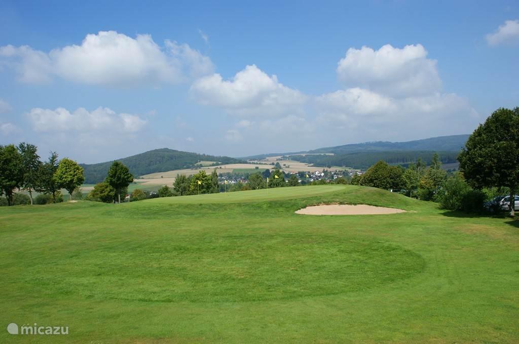 Prachtige 19-holes golfbaan in Oberaula met uitzicht op het huisje.