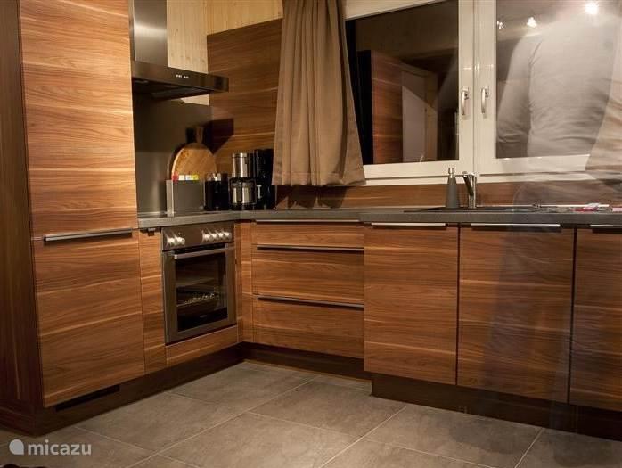 De open keuken van alle gemakken voorzien