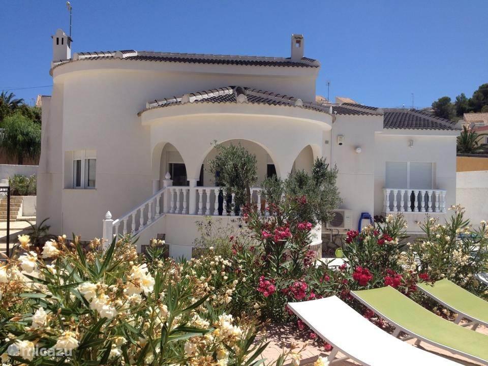 Dit is het huis vanaf de voorkant gezien. Het huis staat op een omheind grondstuk van 600 m2.