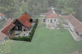 Hoogtefoto met aangrenzend het huis en de tuin van de beheerder.