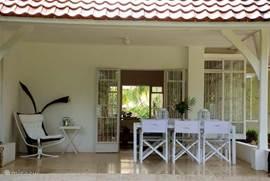 De Tropenvilla heeft twee grote veranda's.De veranda aan de voorzijde van het huis ligt heerlijk op de wind, een prima plek om te ontbijten.