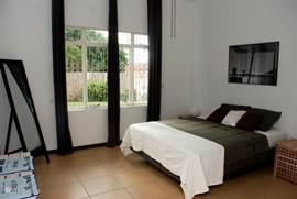 Slaapkamer 1. De Tropenvilla beschikt over 5 sfeervol ingerichte, koele slaapkamers. 4 kamers met grote tweepersoonsbedden en 1 kamer met twee eenpersoons bedden met kwaliteitsbeddengoed. Alle slaapkamers zijn voorzien van airconditioning en een plafondventilator.