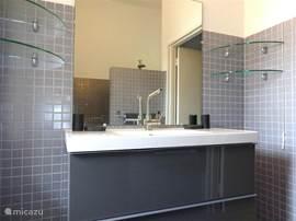 Badkamer 2 met regendouche, föhn en separaat toilet.