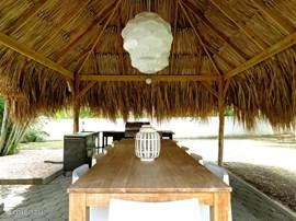 Eettafel voor 10 personen onder de palapa