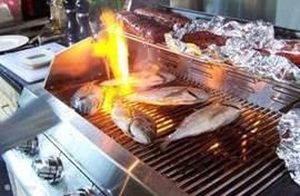 Heerlijk een visje of een steak grillen bij het zwembad als de zon ondergaat.