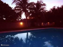 Op Curacao wordt het vroeg donker. Tegen zonsondergang gaat de tuinverlichting en kunt u genieten van een prachtige zonsondergang en heerlijk de hele avond buiten zitten.