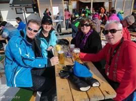 Naast de skilift kun je heerlijk genieten van een hapje en een drankje met gezellige muziek.