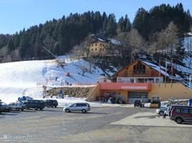 De Parkeerplaats ski piste/ skilift aan de overkant van de Villa.
