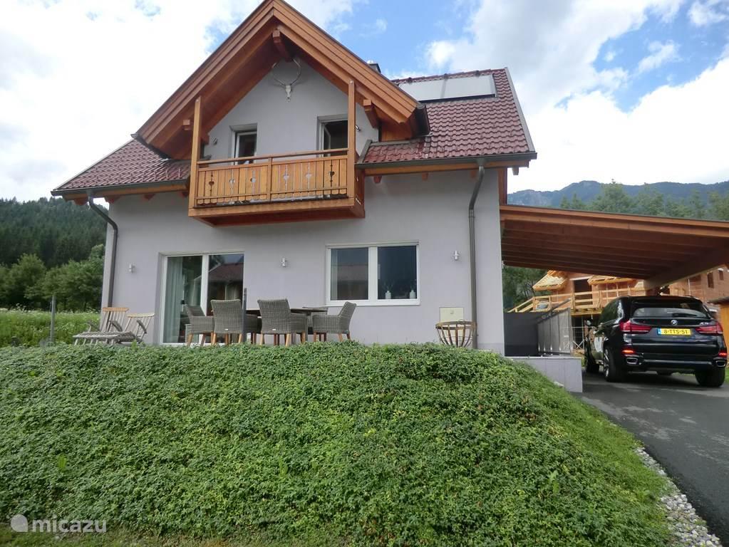 Het huis is voorzien van een ruime carport. De kelder is ook via een trap naast de woning te bereiken.