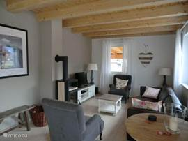 De woonkamer met houtkachel en TV met o.a. Nederlandse zenders.