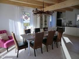 De gezellige eettafel aangrenzend aan de keuken en woonkamer.