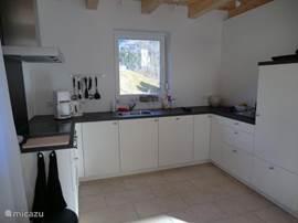 De keuken is voorzien van een elektrische kookplaat, oven, vaatwasser en koelkast met vriesvak.
