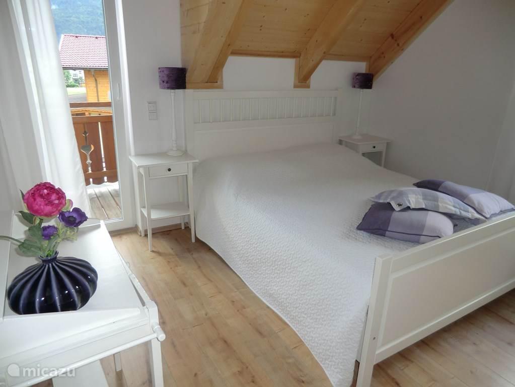 Slaapkamer 2 geeft ook toegang tot het balkon en heeft via het raam uitzicht op de piste.