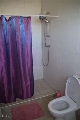 Douche beschikt over een warm water doorloopboiler.