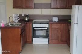 Keuken voorzien van Amerikaanse koel, diepvriescombinatie, koffiezetter, waterkoker, broodrooster etc. etc.