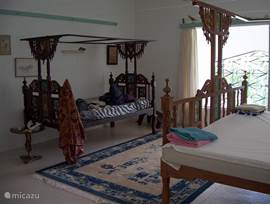 Extra bedden met muskietennet kunnen aan de slaapkamers toegevoegd worden.