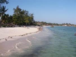 Watamu Beach met kristal helder, zwoel-warm zeewater van de Indische Oceaan. Ideaal voor snorkelen rond de koraalriffen met vele kleurrijke vissen. De zee voor Watamu is een beschermd natuurgebied en het strand wordt  door Kenya Wildlife Service personeel beheerd.