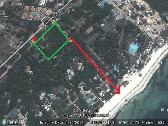 Een Google Earth foto van de situering van ons huis. De groene lijn geeft de tuin aan, de rode is het strand toegang (ong. 80 meter vanaf de hoek van de tuin).