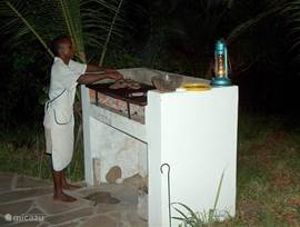Barbeque en andere maaltijden worden voor U bereid door het personeel. Zij zijn gespecialiseerd in vis-, garnaal-, krab- en kreeftgerechten vers uit de zee. De meesten gasten eten buiten op het terras onder de wuivende palmen en spektakulaire sterrenhemel.