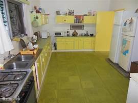 De keuken is voorzien van koelkasten, magnetron, broodmachine, gasfornuis/oven en andere gemakken. Het personeel bereidt de maaltijden voor U indien U dat wenst.