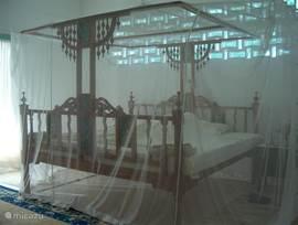 Riante Lamu bedden, 2.10 breed en 2 m lang in de twee zeer ruime slaapkamers, elk met een kleedkamer en badkamer ensuite. De bedden zijn breed genoeg om twee kleine kinderen tussen de ouders te laten slapen, maar er zijn ook aparte bedden.