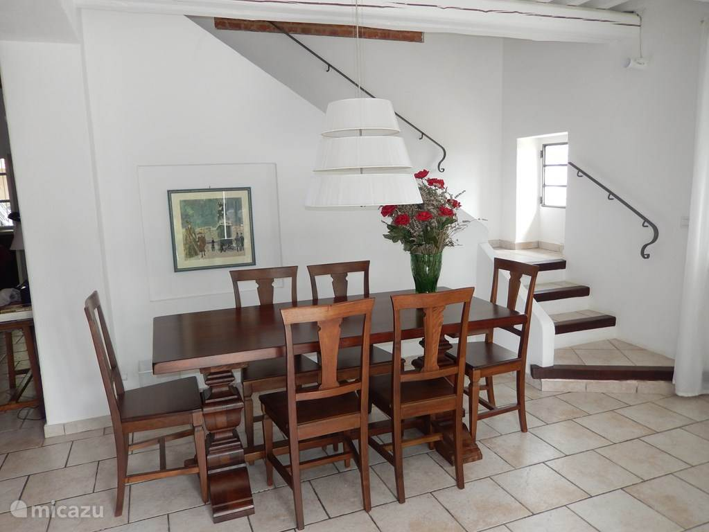 Piemontese eettafel en stoelen. Te verlengen voor 10 personen.