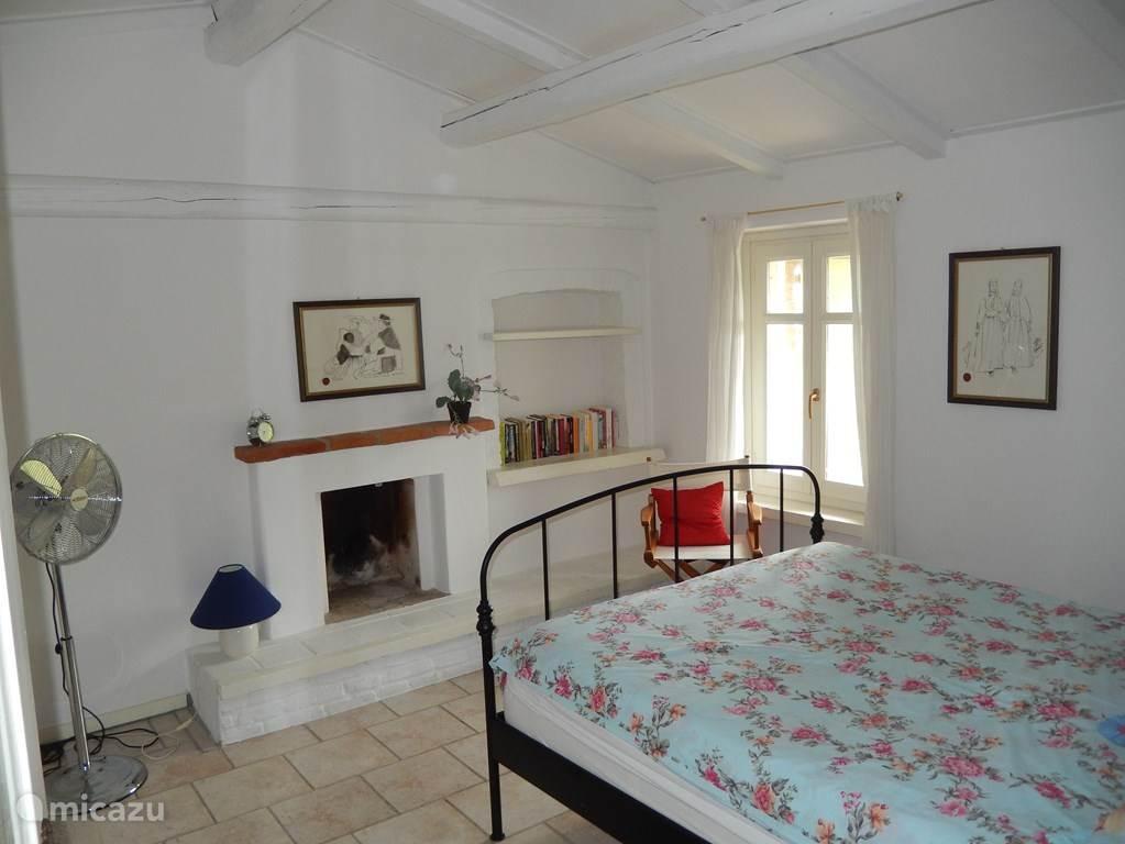 3e slaapkamer op de 1e etage. Ook met een  comfortabel 2-persoons bed met nieuw matras.