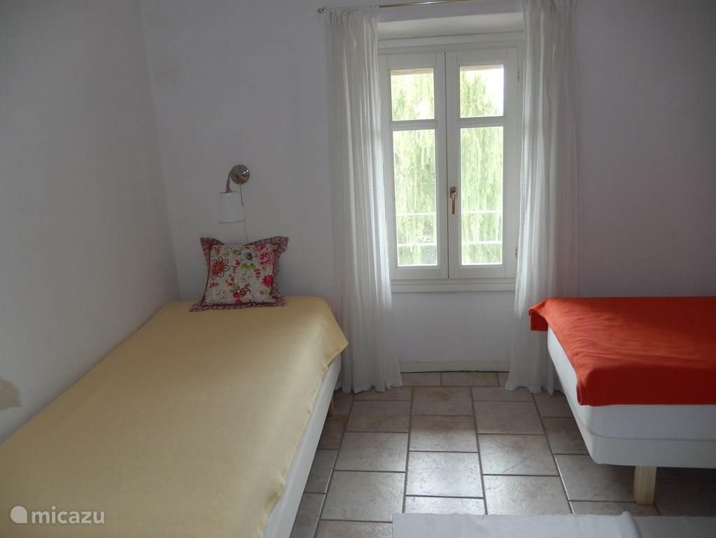 Ook deze slaapkamer biedt toegang tot het balkon. 2x1-persoons bed met goede, nieuwe, matrassen.