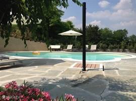 zwembad met grote terrassen rondom, ligbedden, parasols, lounge  meubels en schitterend uitzicht op de omliggende wijngaarden.