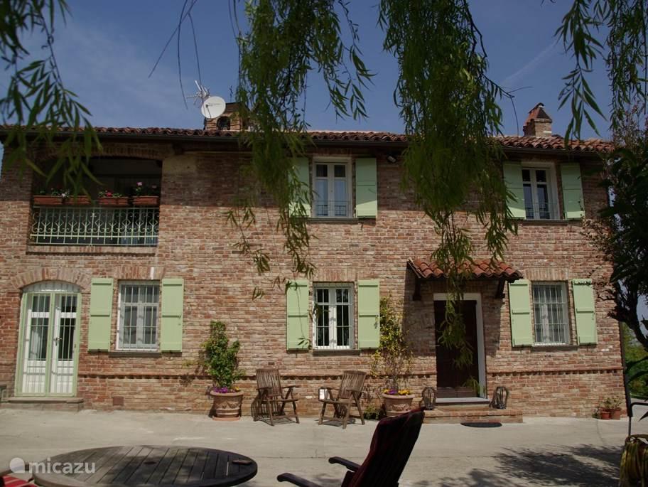 De voorkant van de villa
