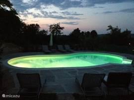 zwembad 's avonds met verlichting
