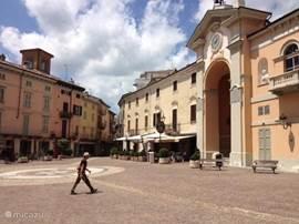 Moncalvo:'het kleinste stadje van Italië', op 3 km afstand.