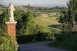 Panoramisch uitzicht vanaf de weg naast het  huis