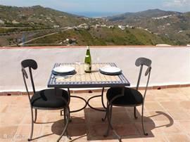 Uitzicht vanaf het dakterras op de heuvels, enkele dorpen en de Middellandse Zee.