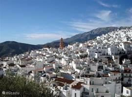 Het witte bergdorp Cómpeta ligt op 16 kilometer van zee, tegen een beschermd natuurgebied aan.
