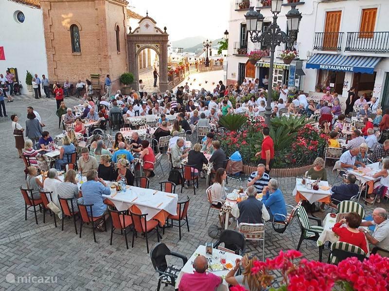 Eten op het dorpsplein tijdens een flamenco-optreden. Er zijn diverse restaurants.