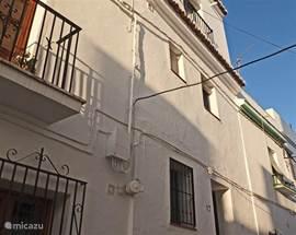 Het vakantiehuis staat in een rustige autovrije straat van Cómpeta.