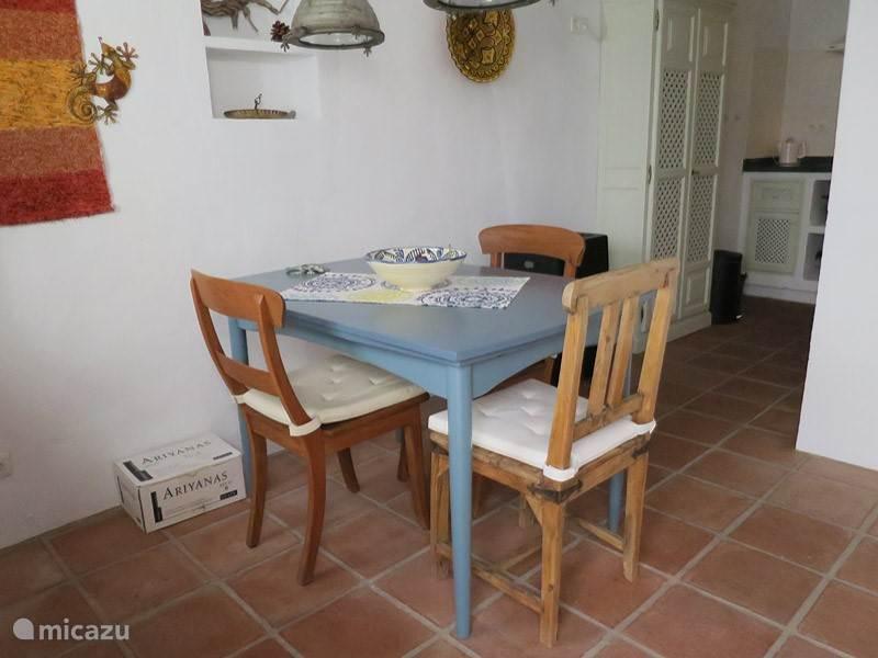Eettafel met zicht op de keuken.