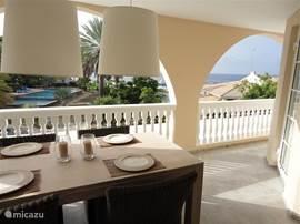 De riante porch van het appartement met uitzicht over het zwembad, het Seaquarium en de Caribische zee.