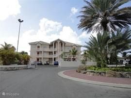 Voorzijde Curaçao Ocean Resort met in de midden op de 2e verdieping het luxe appartement Flamingo.