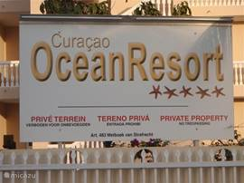 Voorzijde Curaçao Ocean Resort, het bord bij de ingang.
